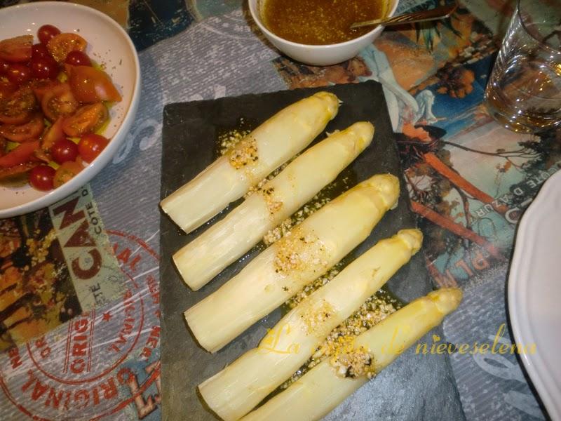 Espárragos blancos con vinagreta de mango, jengibre y ajo negro (40) copia